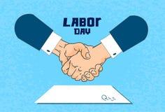 Festa del lavoro internazionale, documento cartaceo di Contract Sign Up dell'uomo d'affari della stretta di mano Fotografia Stock Libera da Diritti