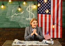 Festa dell'indipendenza di U.S.A. festa dell'indipendenza con la donna di affari felice alla bandiera americana Immagine Stock Libera da Diritti