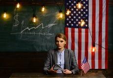 Festa dell'indipendenza di U.S.A. Pianificazione di reddito della politica di aumento di bilancio Donna con i soldi del dollaro p Fotografia Stock Libera da Diritti