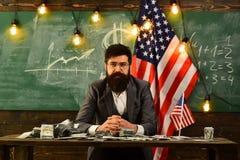 Festa dell'indipendenza di U.S.A. Pianificazione di reddito della politica di aumento di bilancio Uomo barbuto con i soldi del do Fotografia Stock