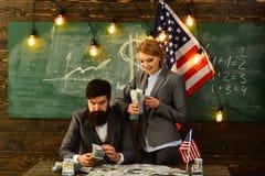 Festa dell'indipendenza di U.S.A. Pianificazione di reddito della politica di aumento di bilancio uomo e donna barbuti con i sold Fotografia Stock Libera da Diritti