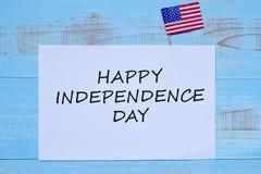 Festa dell'indipendenza felice con la bandiera degli Stati Uniti d'America su fondo di legno blu fotografia stock libera da diritti