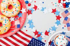 Festa dell'indipendenza fondo felice del 4 luglio con la bandiera americana decorata degli alimenti, delle stelle e dei coriandol Fotografia Stock Libera da Diritti