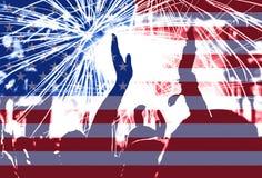 Festa dell'indipendenza, fuochi d'artificio, folla e bandiera dell'America fotografia stock libera da diritti