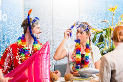 Festa della spiaggia di prenotazione della donna e dell'uomo Fotografia Stock