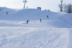Festa dello sci nell'inverno Corsa con gli sci e snowboard Immagine Stock
