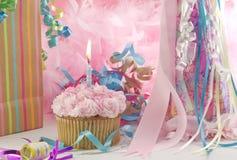 Festa di compleanno con il bigné e la candela Fotografie Stock