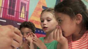 Festa di compleanno dei bambini e manifestazione della bolla stock footage