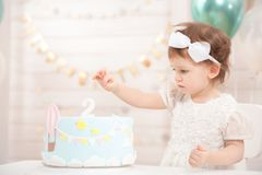 Festa di compleanno della bambina Principessa sveglia mangia il dolce fotografia stock libera da diritti