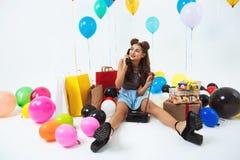 Festa di compleanno luminosa Ricevitore piacevole del telefono della ragazza di modo in mani Fotografie Stock Libere da Diritti