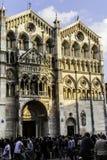 Festa di Internazionale à Ferrare : Foule des personnes et façade de la cathédrale de Ferrare Photos stock