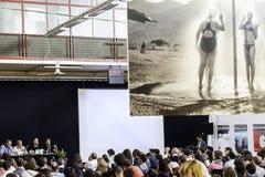 Festa di Internazionale à Ferrare : Mercato Coperto dans le forum de journaliste de photo avec le dulye de giles Photographie stock libre de droits