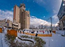 Festa di Natale sulla pista di pattinaggio sul ghiaccio all'aperto, città di Satu Mare immagine stock