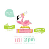 Festa do bebê ou cartão de chegada - menina do flamingo do bebê que senta-se em livros ilustração stock