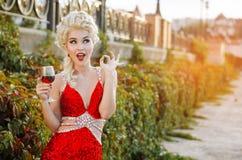 Festa, drink-, ferie-, lyx- och berömbegreppet - smilin Royaltyfria Foton