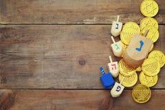festa ebrea Chanukah con i dreidels di legno fotografia stock