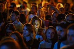 Festa för folkmassa för sommarmusikfestival som är utomhus- royaltyfri fotografi