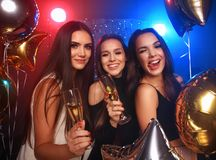 Festa, ferier, beröm, uteliv och folkbegreppet - att le vänner som dansar i klubba royaltyfri foto
