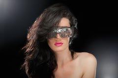 Festa flickan i klubbaexponeringsglas royaltyfria bilder