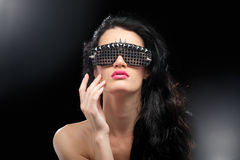 Festa flickan i klubbaexponeringsglas arkivfoto
