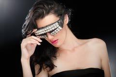 Festa flickan i klubbaexponeringsglas royaltyfri foto