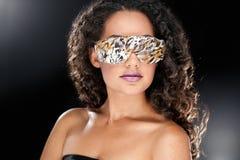 Festa flickan i klubbaexponeringsglas royaltyfri bild