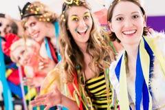 Festa folk som firar karneval eller nya år helgdagsafton royaltyfri foto