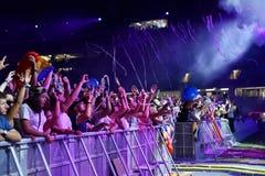 Festa folkmassan av folk på konserten Fotografering för Bildbyråer
