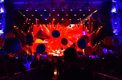 Festa folkmassan av folk på konserten Arkivfoto
