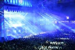 Festa folkmassan på en konsert Royaltyfria Bilder