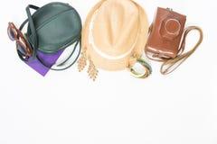 Festa, fondo di viaggio Borsa trasversale verde, cappello di paglia, retro occhiali da sole marroni, retro macchina fotografica,  Fotografia Stock