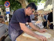 Festa fritada dos cogumelos em Cutigliano Cutigliano, Toscânia, Itália, o 14 de outubro de 2018 imagens de stock royalty free