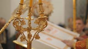 A festa gloriosa da Páscoa Christ é levantado O serviço episcopal é a leitura do missal vídeos de arquivo