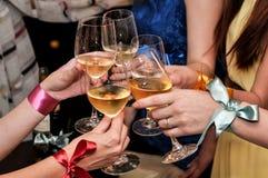 Festa i en nattklubb, med drinkar och danser royaltyfri fotografi