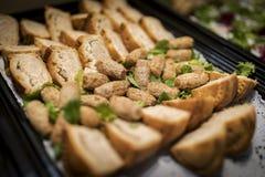 Festa korv- och för grisköttpajer fingermat på en bröllopbuffé in Arkivfoto