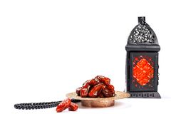 A festa muçulmana do mês santamente de Ramadan Kareem Fundo bonito com uma lanterna de brilho Fanus e datas secadas no branco imagens de stock royalty free