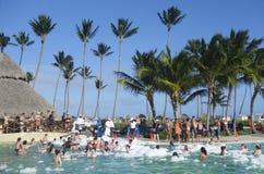 Festa na piscina agora no hotel inclusivo de Larimar situado na praia de Bavaro em Punta Cana fotos de stock
