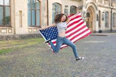 Festa nazionale Salto allegro della ragazza il quarto luglio Tradizione americana Gente patriottica americana Donna americana U.S immagini stock