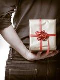 Festa. Parte posteriore nascondentesi del contenitore di regalo di sorpresa dell'uomo dietro fotografie stock