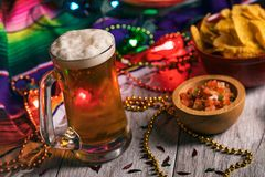 Festa: Salsa di Frosty Beer With Chips And immagine stock