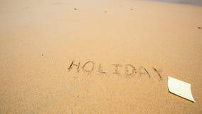 Festa scritta nella sabbia alla spiaggia con il Post-it Immagini Stock Libere da Diritti