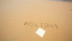 Festa scritta nella sabbia alla spiaggia con il Post-it Immagini Stock