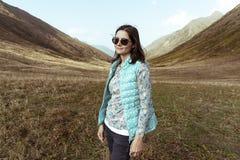 Feste attive nelle montagne, avventura, sorridere libero della giovane donna fotografia stock