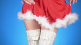 Feste di natale giovane donna attraente in un dancing nubile del costume della neve su un fondo blu Primo piano, rallentatore stock footage
