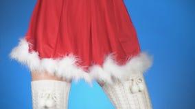 Feste di natale giovane donna attraente in un dancing nubile del costume della neve su un fondo blu Primo piano, rallentatore archivi video