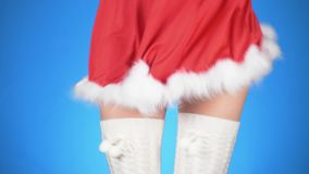 Feste di natale giovane donna attraente in un dancing nubile del costume della neve su un fondo blu Primo piano, rallentatore video d archivio