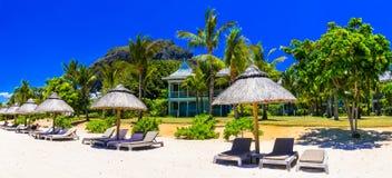 Feste di rilassamento della spiaggia nel paradiso tropicale dell'isola delle Mauritius immagine stock