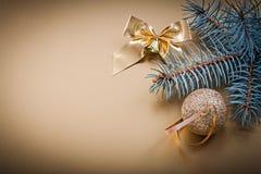 Feste dorate del ramo dell'abete dell'arco della palla di Natale Immagini Stock Libere da Diritti