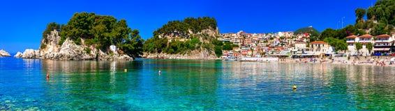 Feste greche - città variopinta soleggiata di Parga con il cristallo stupefacente Fotografie Stock