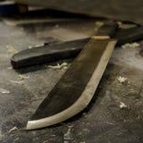 Feste handgemachte Stahlmachete auf Arbeitsschreibtisch Lizenzfreies Stockbild